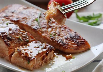 12 thực phẩm nên ăn khi bị bệnh gan nhiễm mỡ - cá hồi nướng mật ong và tỏi