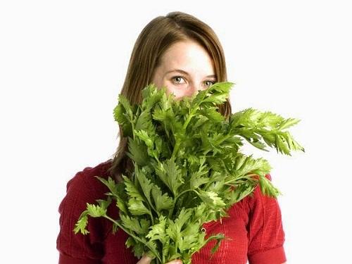 Nước ép cần tây - chanh: Thần dược giúp bạn eo thon, dáng đẹp - hình phụ nữ với cần tây