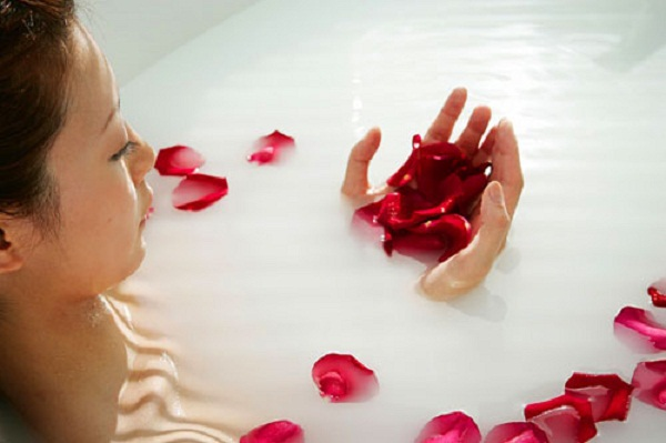 12 công dụng làm đẹp của hoa hồng mùa nắng nóng - hình phụ nữ ngâm trong bồn hoa hồng