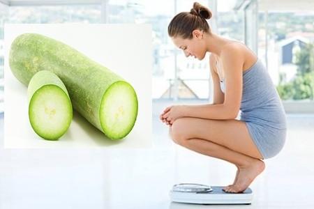 Giảm cân bằng bài thuốc vỏ bưởi nấu với bí đao - hình phụ nữ ngồi trên cân
