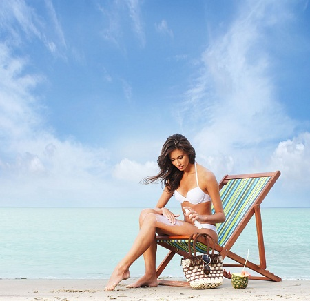 hình phụ nữ thoa kem chống nắng phù hợp với làn da