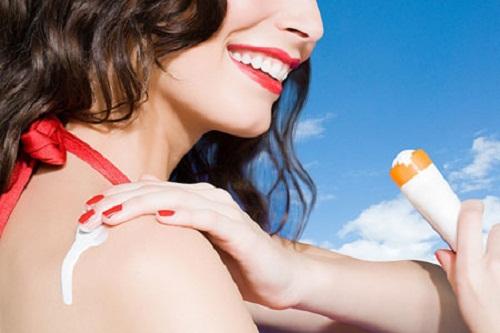 hình phụ nữ thoa kem chống nắng