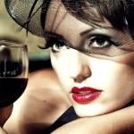 hình phụ nữ uống rượu vang đỏ