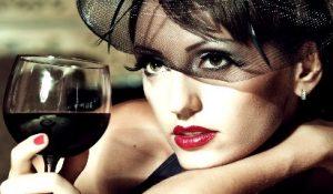 Cách sử dụng rượu vang đỏ để chăm sóc da mặt - hình phụ nữ uống rượu vang đỏ 300x175