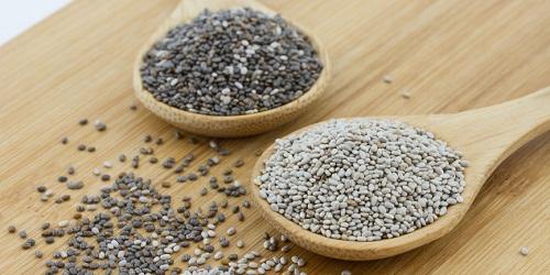 Hạt chia là gì? Hạt chia có tác dụng gì đối với sức khỏe và làm đẹp? - hình hạt chia đen và trắng