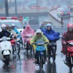 Tác hại của nước mưa đối với da và cách bảo vệ, chăm sóc da tốt nhất - hình phụ nữ mặc áo mưa 150x150