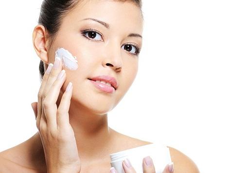 Hướng dẫn cách tự làm kem trị mụn, thâm ở tại nhà - hình phụ nữ thoa kem dưỡng ẩm