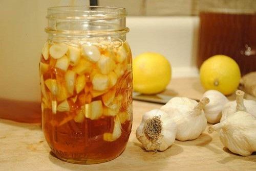 """Uống hỗn hợp chanh - tỏi - mật ong trong 10 ngày, """"lột bỏ"""" ngay làn da lão hoá - hình hũ mật ong chanh tỏi"""