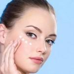 Cách chăm sóc vùng da quanh mắt theo từng độ tuổi - hình phụ nữ chăm sóc vùng da mắt tuổi 20 150x150