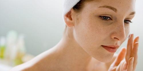 Cách chăm sóc da chuyên sâu cho từng loại da vào buổi sáng - hình phụ nữ bị nám da