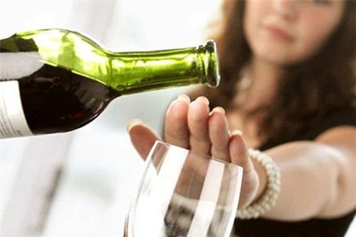 hình phụ nữ từ chối uống rượu