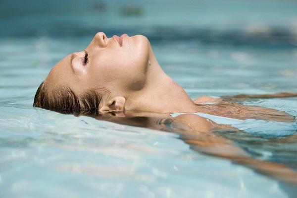 25 mẹo đơn giản giúp bạn làm đẹp tự nhiên không cần trang điểm - bơi lội