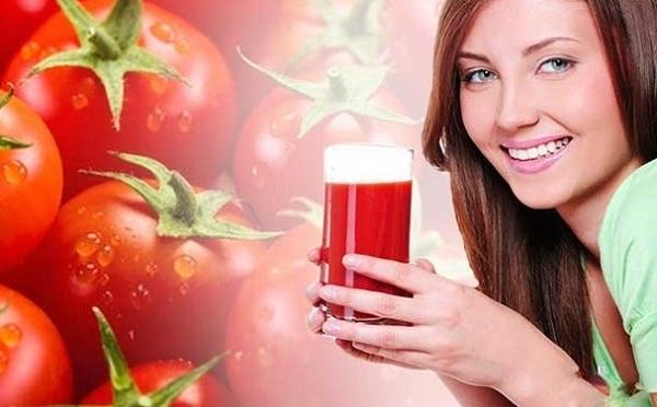 7 cách làm trắng da bằng cà chua cực kỳ hiệu quả ở tại nhà - phụ nữ uống nước ép cà chua
