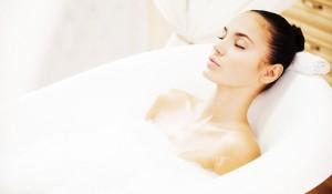 Muối tắm hoa hồng - cách làm trắng da toàn thân siêu tốc - tắm bồn 300x175