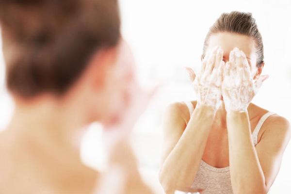 Những điều tuyệt đối không nên làm khi bị mụn trứng cá - woman washing her face with soap1