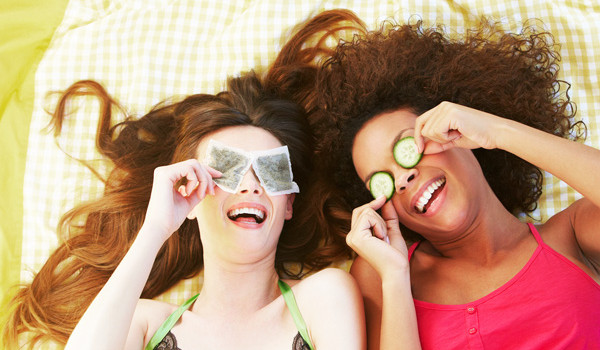 Cách làm giảm bọng mắt cực hay tại nhà - 03 secret beauty tips teabag 600x350