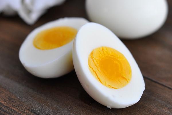 Cách trị mụn bằng trứng gà luộc an toàn và tiết kiệm