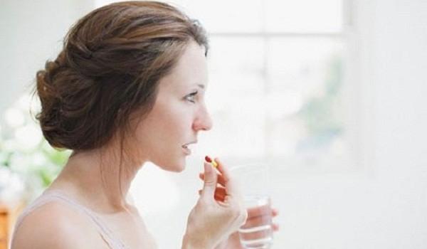 Hỏi: Uống thuốc Tây và uống nghệ Micell ADIVA như thế nào để tăng hiệu quả chữa bệnh đau dạ dày? - uong thuoc 600x350