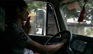 Tài xế: Một nghề dễ bị đau dạ dày! - tai xe hut thuoc 300x175