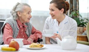 Bệnh xơ gan ở người cao tuổi - cham soc nguoi cao tuoi o nha 300x175