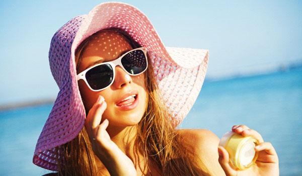 Cách sử dụng kem chống nắng sunscreen và sunblock hiệu quả nhất - thoa kem chong nang