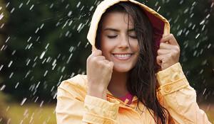Bạn đã biết cách chăm sóc tóc trong mùa mưa? - cham soc toc trong mua mua 300x175