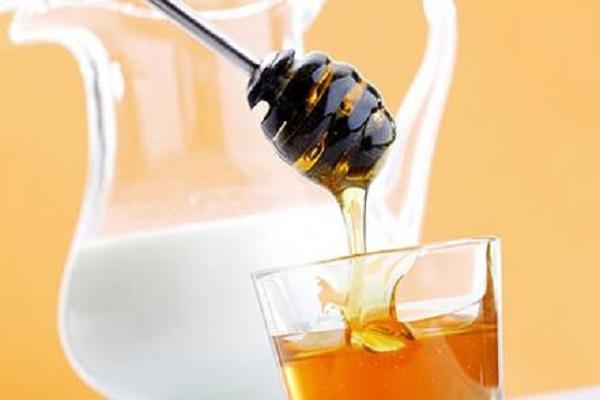 8 loại sữa rửa mặt tự nhiên cho làn da sạch đẹp - mật ong sữa tươi