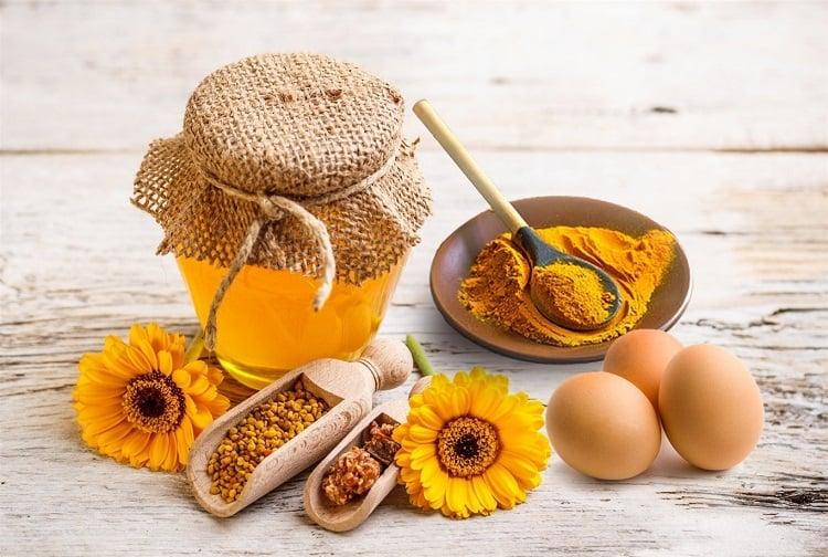 Lòng trắng trứng gà – mật ong: Bí quyết trẻ mãi không già - lòng trắng mật ong bột nghệ