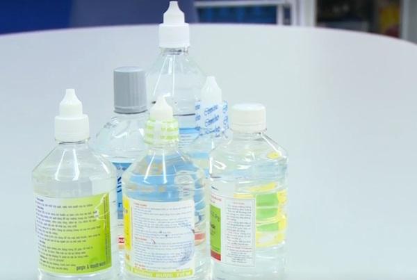 trị mụn bằng nước muối sinh lý