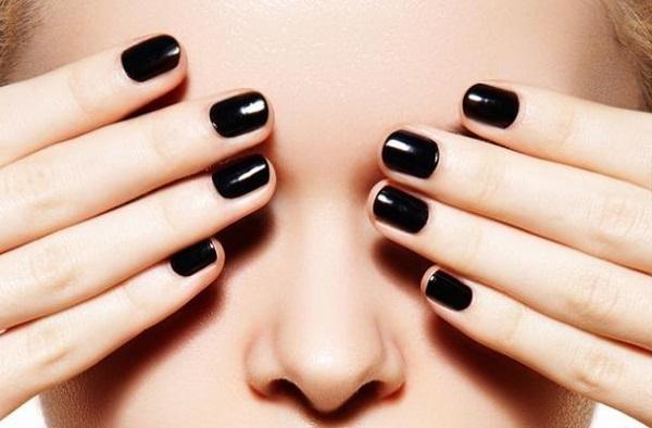 Màu sơn móng tay làm trắng da cho da ngăm đen