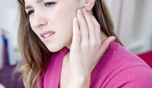 Cách chữa trị mụn ở tai và những điều cần biết - cach chua tri mun o tai 2 300x175