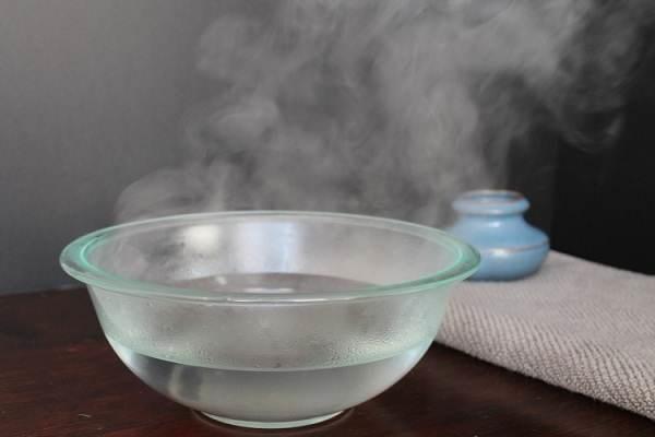 Có nên rửa mặt bằng nước ấm?